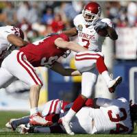 Photo - Oklahoma's DeMarco Murray (7) gets past Stanford's Thomas Keiser (94) during the first half of the Brut Sun Bowl college football game between the University of Oklahoma Sooners (OU) and the Stanford University Cardinal on Thursday, Dec. 31, 2009, in El Paso, Tex.   Photo by Chris Landsberger, The Oklahoman ORG XMIT: KOD