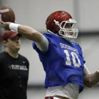 Photo - Oklahoma 's Blake Bell (10) throws during a Sugar Bowl practice at the New Orleans Saints' football practice facility, Tuesday, Dec. 31, 2013, in New Orleans. Photo by Sarah Phipps, The Oklahoman