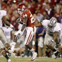 Photo - OU's Dejuan Miller runs past Kansas State's Jeffrey Fitzgerald during the Big 12 college football game between the University of Oklahoma Sooners and the Kansas State Wildcats at Gaylord Family -- Oklahoma Memorial Stadium in Norman, Okla., Saturday, October 31, 2009.  Photo by Bryan Terry, The Oklahoman ORG XMIT: KOD