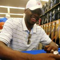 Photo - OKLAHOMA CITY THUNDER NBA BASKETBALL TEAM: OKC Thunder player Desmond Mason signs an autograph at Academy Sports in Oklahoma City, Thursday, September 4, 2008. BY MATT STRASEN, THE OKLAHOMAN ORG XMIT: KOD