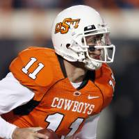 Photo - Zac Robinson looks for a receiver during the second half of the college football game between Oklahoma State University (OSU) and the University of Missouri (MU) at Boone Pickens Stadium in Stillwater, Okla. Saturday, Oct. 17, 2009.  Photo by Steve Sisney, The Oklahoman ORG XMIT: KOD