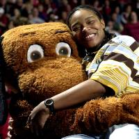 Photo - Former University of Oklahoma women's college basketball player Rosalind Ross gets a hug from Top Daug during the OU-Texas game in 2003. FROM THE OKLAHOMAN ARCHIVE
