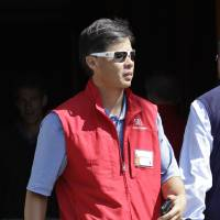 Photo -   Yahoo co-founder Jerry Yang leaves a the Allen & Company Sun Valley Conference in Sun Valley, Idaho, Thursday, July 12, 2012. Yang did not attend the Yahoo shareholders meeting on Thursday. (AP Photo/Paul Sakuma)