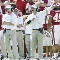 Photo - OU vs UCLA college football in Norman, Okla. at The Gaylord Family - Oklahoma Memorial Stadium Spet. 20, 2003. University of Oklahoma's co-defensive coordinators Mike Stoops, left, and Brent Venables call the action from the sideline. For Rhode story. Staff photo by Doug Hoke.