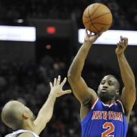 Photo -   New York Knicks' Raymond Felton, right, shoots over San Antonio Spurs' Tony Parker, of France, during the second half of an NBA basketball game on Thursday, Nov. 15, 2012, in San Antonio. New York won 104-100. (AP Photo/Darren Abate)