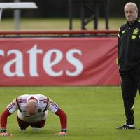 Photo - Spain's goalkeeper Pepe Reina exercises, left, as Spain's head coach Vicente del Bosque looks on during a training session at the Atletico Paranaense training center in Curitiba, Brazil, Saturday, June 14, 2014. Spain will play in group B of the Brazil 2014 World Cup. (AP Photo/Manu Fernandez)
