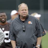 Photo -   FILE - In this June 5, 2012 file photo, Cleveland Browns president Mike Holmgren walks off the field following an off-season practice at the NFL football team's headquarters in Berea, Ohio. Holmgren says there are no plans