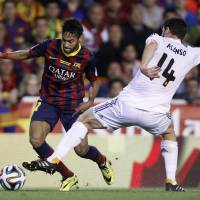 Photo - Barcelona's Neymar, left tries to get past Real's Xabi Alonso during the final of the Copa del Rey between FC Barcelona and Real Madrid at the Mestalla stadium in Valencia, Spain, Wednesday, April 16, 2014. (AP Photo/Alberto Saiz)