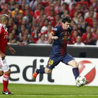 Photo -   Barcelona's Lionel Messi, right, from Argentina, controls the ball next to Benfica's Maxi Pereira, from Uruguay, during their Champions League group G soccer match at Benfica's Luz stadium in Lisbon, Tuesday, Oct. 2, 2012. (AP Photo/Francisco Seco)