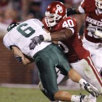 Photo - Oklahoma's Curtis Lofton (40) sacks Baylor quarterback Blake Szymanski (6) during the second half of the college football game between the University of Oklahoma Sooners (OU) and the University of Baylor Bears (BU) at the Gaylord Family -- Oklahoma Memorial Stadium on Saturday, Nov. 10, 2007, in Norman, Okla.  Photo By Bryan Terry, The Oklahoman ORG XMIT: KOD