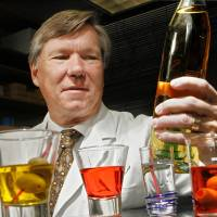 Photo - OKLAHOMA MEDICAL RESEARCH FOUNDATION: Dr. Stephen Prescott at the OMRF Thursday, Dec. 18, 2008. Story is about the science of hangovers. BY JIM BECKEL, THE OKLAHOMAN ORG XMIT: KOD