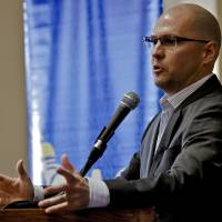 Photo - Eric Maddox, a University of Oklahoma alumni and military interrogator, spoke Wednesday at the OU student union about the capture of Iraqi dictator Saddam Hussein. Photo by Chris Landsberger, The Oklahoman  CHRIS LANDSBERGER
