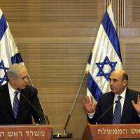 Photo -   Israel's Prime Minister Benjamin Netanyahu, left, and Kadima party leader Shaul Mofaz hold a joint press conference announcing the new coalition government, in Jerusalem, Tuesday, May 8, 2012. Netanyahu said Tuesday his new coalition government will promote a