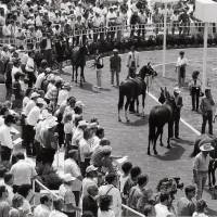 Photo - When Remington Park racetrack opened in 1988, the paddock was often flooded with fans.  OKLAHOMAN ARCHIVE PHOTO