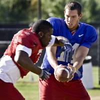 Photo - OU / COLLEGE FOOTBALL: Sam Bradford hands the ball off to DeMarco Murry during the University of Oklahoma football practice on Monday, Aug. 17, 2009, in Norman, Okla.   Photo by Chris Landsberger, The Oklahoman  ORG XMIT: KOD