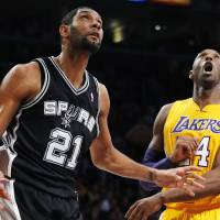 Photo -   Los Angeles Lakers' Kobe Bryant (24) and San Antonio Spurs' Tim Duncan (21) watch a shot by Duncan in the first half of an NBA basketball game in Los Angeles, Tuesday, Nov. 13, 2012. (AP Photo/Jae C. Hong)