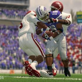 ELECTRONIC ARTS VIDEO GAME / OU COLLEGE FOOTBALL: A promotional image from NCAA Football 14 featuring Notre Dame and the University of Oklahoma. EA SPORTS IMAGE     ORG XMIT: 1307211633570182
