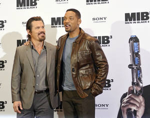 """Photo -   US actors Josh Brolin, left, and Will Smith, right, pose during a photocall ahead of the German Premiere of """"Men in Black 3"""" in Berlin, Monday, May 14, 2012. (AP Photo/Jens Meyer)"""