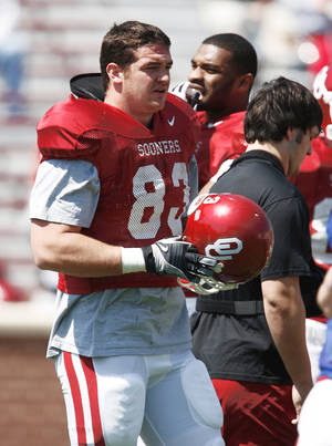 Photo - Brody Eldridge is undersized at 6-foot-5, 265 pounds, but he's held his own against OU's bigger defensive tackles in practices.  PHOTO BY STEVE SISNEY, THE OKLAHOMAN ARCHIVE