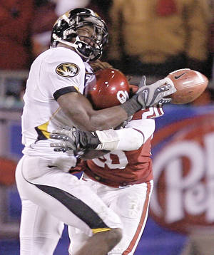 Photo - Quinton Carter, right, breaks up a pass for Missouri's Jeremy Maclin. PHOTO BY BRYAN TERRY, THE OKLAHOMAN
