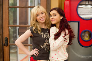 """Photo - In this publicity image released by Nickelodeon, Jennette McCurdy, portrays Sam, left, and Ariana Grande, portrays Cat from the Nickelodeon series """"SAM & CAT."""" (AP Photo/Nickelodeon, Lisa Rose)"""