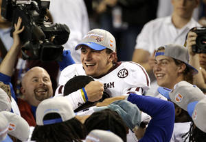 photo - Texas A&M quarterback Johnny Manziel celebrates with teammates after their 41-13 win over Oklahoma in the Cotton Bowl NCAA college football game Friday, Jan. 4, 2013, in Arlington, Texas. (AP Photo/Tony Gutierrez)