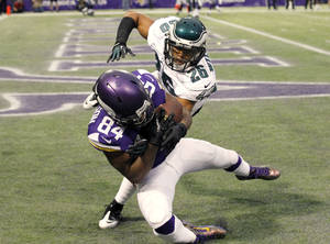 Photo - Minnesota Vikings wide receiver Cordarrelle Patterson (84) catches a 5-yard touchdown pass in front of Philadelphia Eagles cornerback Cary Williams (26) during the second half of an NFL football game, Sunday, Dec. 15, 2013, in Minneapolis. (AP Photo/Ann Heisenfelt)