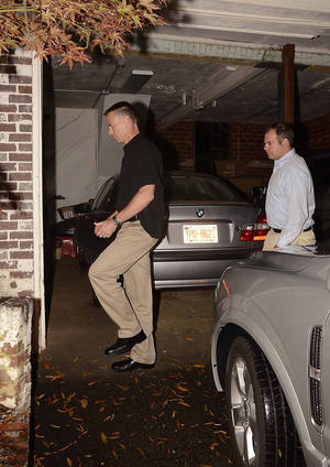 photo -   FBI agents enter the home of Paula Broadwell, the woman whose affair with retired Gen. David Petraeus led to his resignation as CIA director, in the Dilworth neighborhood of Charlotte, N.C., Monday, Nov. 12, 2012. FBI agents appeared at Broadwell's home carrying the kinds of cardboard boxes often used for evidence gathering during a search. A spokeswoman for the FBI declined to say what the agents were doing there. (AP Photo/The Charlotte Observer, Robert Lahser)