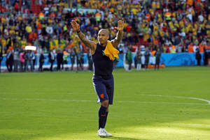Photo - Netherlands' Nigel de Jong greets spectators after the group B World Cup soccer match between Australia and the Netherlands at the Estadio Beira-Rio in Porto Alegre, Brazil, Wednesday, June 18, 2014.  The Netherlands won the match 3-2.  (AP Photo/Wong Maye-E)