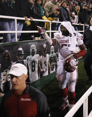 Photo - Oklahoma's Charles Tapper (91) leaves the field after getting ejected during an NCAA college football game between the University of Oklahoman (OU) Sooners and the Baylor Bears at Floyd Casey Stadium in Waco, Texas, Thursday, Nov. 7, 2013. Baylor won 41-12. Photo by Bryan Terry, The Oklahoman