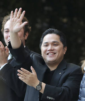 Photo - Inter Milan Indonesian President Erick Thohir waves prior to the start of the Serie A soccer match between Inter Milan and Sampdoria at the San Siro stadium in Milan, Italy, Sunday, Dec. 1, 2013. (AP Photo/Antonio Calanni)