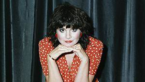 Photo - 1985 --- Linda Ronstadt in Red Polka Dot Dress --- Image by © Fabio Nosotti/CORBIS