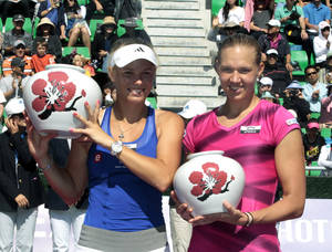 photo -   Winner Caroline Wozniacki, left, of Denmark holds her trophy with runner up Kaia Kanepi of Estonia after the final match of the Korea Open tennis championships in Seoul, South Korea, Sunday, Sept. 23, 2012. Wozniacki won the match 6-1, 6-0. (AP Photo/Ahn Young-joon)  