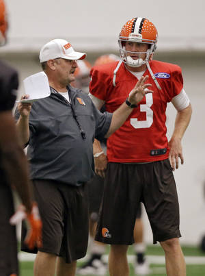 Photo -   Cleveland Browns offensive coordinator Brad Childress calls a play for quarterback Brandon Weeden (3) during training camp at the NFL football team's practice facility in Berea, Ohio Tuesday, Aug. 14, 2012. (AP Photo/Mark Duncan)