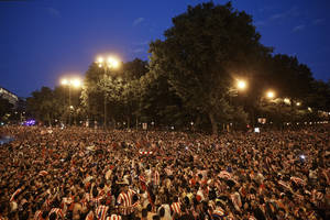 Photo - Atletico Madrid supporters gather at the Neptuno fountain after winning La Liga, the Spanish first division soccer title, in Madrid, Saturday, May 17, 2014. A  1-1 draw against Barcelona give Atletico his first La Liga title for 18 years. (AP Photo/Daniel Ochoa de Olza)