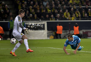 Photo - Zenit's Jose Salomon Rondon, right, scores his side's 2nd goal during the UEFA Champions League last 16 second leg soccer match between Borussia Dortmund and FC Zenit in Dortmund, Germany, Wednesday, March 19, 2014. At left is Dortmund goalkeeper Roman Weidenfeller. (AP Photo/Martin Meissner)