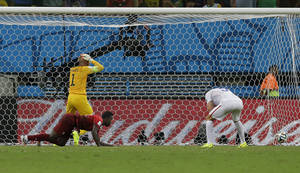 Photo - United States' goalkeeper Tim Howard reacts as Portugal's Silvestre Varela's header scores his side's second goal and tie the game 2-2 during the group G World Cup soccer match between the USA and Portugal at the Arena da Amazonia in Manaus, Brazil, Sunday, June 22, 2014. (AP Photo/Martin Mejia)