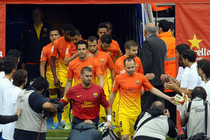 Photo - Espanyol players form a guard of honour to FC Barcelona prior to a Spanish La Liga soccer match at Cornella-El Prat stadium in Cornella Llobregat, Spain, Sunday, May 26, 2013. (AP Photo/Manu Fernandez)