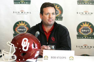 Photo - Oklahoma coach Bob Stoops' teams are in a BCS bowl slump, and a win in El Paso won't change that.  AP Photo