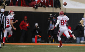 Photo - Oklahoma's Grant Bothun (84) throws a pass to Michael Hunnicutt (18) for a touchdown on a fake field goal during the Bedlam college football game between the Oklahoma State University Cowboys (OSU) and the University of Oklahoma Sooners (OU) at Boone Pickens Stadium in Stillwater, Okla., Saturday, Dec. 7, 2013. Oklahoma won 33-24. Photo by Bryan Terry, The Oklahoman