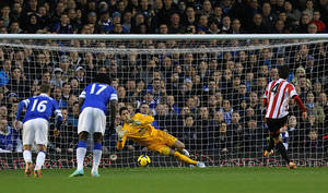 Photo - Sunderland's Sung-Yeung Ki, right, scores his teams opening goal from the penalty spot during the English Premier League soccer match between Everton and Sunderland at Goodison Park, Liverpool, England, Thursday, Dec. 26, 2013. (AP Photo/Peter Byrne, PA Wire)  UNITED KINGDOM OUT  -  NO SALES  -  NO ARCHIVES