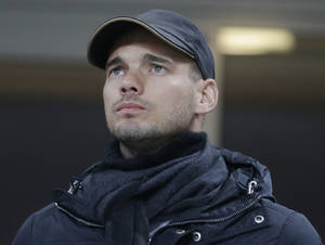 photo - Inter Milan Dutch midfielder Wesley Sneijder looks on in the stands during a Serie A soccer match between Inter Milan and Pescara, at the San Siro stadium in Milan, Italy, Saturday, Jan. 12, 2013. (AP Photo/Luca Bruno)