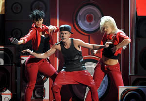 Photo -   Justin Bieber performs at the 40th Anniversary American Music Awards on Sunday, Nov. 18, 2012, in Los Angeles. (Photo by John Shearer/Invision/AP)