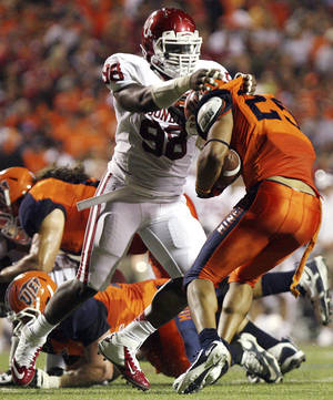 photo -   Oklahoma defensive end Chuka Ndulue tackles UTEP running back Nathan Jeffery during an NCAA college football game, Saturday, Sept. 1, 2012, in El Paso, Texas. (AP Photo/Mark Lambie)
