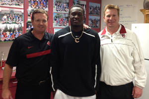 Photo - Oklahoma football commitment Hatari Byrd poses with OU coaches Bob, left, and Mike Stoops. PHOTO PROVIDED