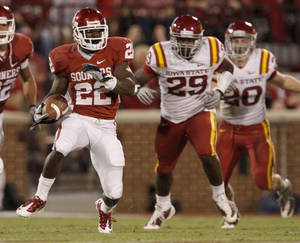 Photo - OU's Roy Finch runs during the first half of the college football game between the University of Oklahoma Sooners (OU) and the Iowa State Cyclones (ISU) at the Glaylord Family-Oklahoma Memorial Stadium on Saturday, Oct. 16, 2010, in Norman, Okla.   Photo by Bryan Terry, The Oklahoman