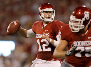 photo - Oklahoma&#039;s Landry Jones (12) drops back to pass during the college football game between the University of Oklahoma Sooners (OU) and the University of Missouri Tigers (MU) at the Gaylord Family-Oklahoma Memorial Stadium on Saturday, Sept. 24, 2011, in Norman, Okla. Photo by Bryan Terry, The Oklahoman  ORG XMIT: KOD
