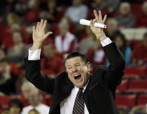 Photo - Georgia head coach Andy Landers yells from the sideline in the first half of an NCAA college basketball game against Tennessee, Sunday, Jan. 5, 2014, in Athens, Ga. (AP Photo/John Bazemore)