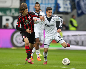 Photo - Frankfurt's Martin Lanig, left, and Schalke's Julian Draxler challenge for the ball during the German first division Bundesliga soccer match between Eintracht Frankfurt and FC Schalke 04 in Frankfurt, Germany, Saturday, Nov. 23, 2013. (AP Photo/Michael Probst)