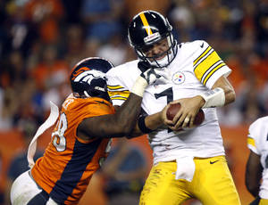 photo -   Pittsburgh Steelers quarterback Ben Roethlisberger (7) is sacked by Denver Broncos linebacker Von Miller (58) during the fourth quarter of an NFL football game, Sunday, Sept. 9, 2012, in Denver. The Broncos won 31-19. (AP Photo/David Zalubowski)
